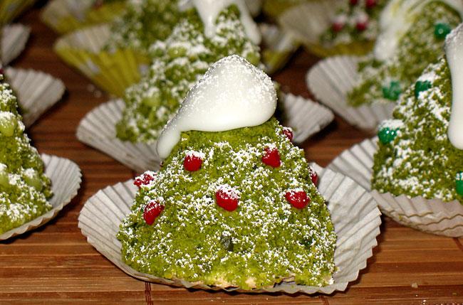 Новогодние пирожные от Татьяны Литвиновой, пирожные от Татьяны Литвиновой, елочки от Татьяны Литвиновой, зверюшки от Татьяны Литвиновой, съедобные елочки рецепт, бисквитные зверюшки рецепт