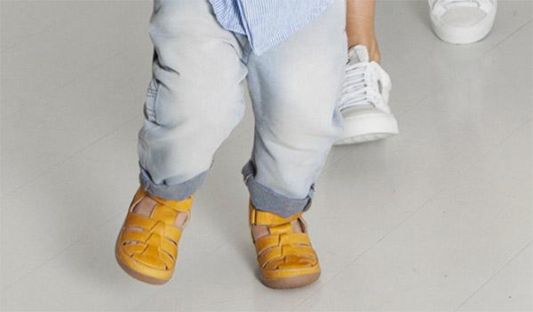 Как правильно выбрать первую детскую обувь